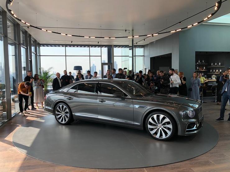 Новый седан Bentley Flying Spur показали в Москве