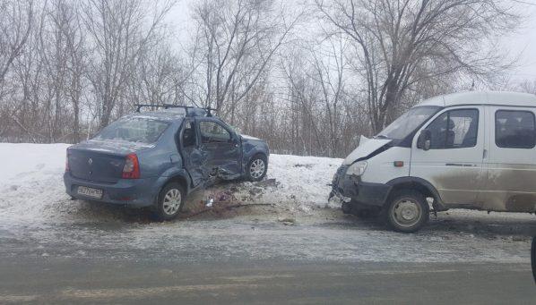 Renault LOGAN врезался в ГАЗ-330232 в Новокуйбышевске
