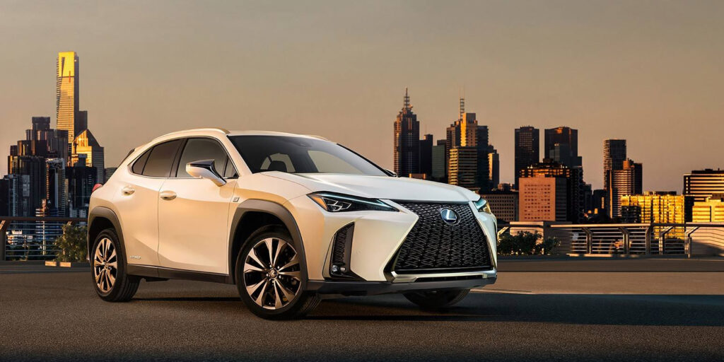 Lexus впервые показала серийную версию кроссовера Lexus UX