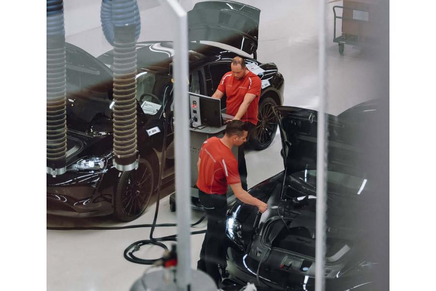 В Porsche показали сборку электромобиля Porsche Mission E