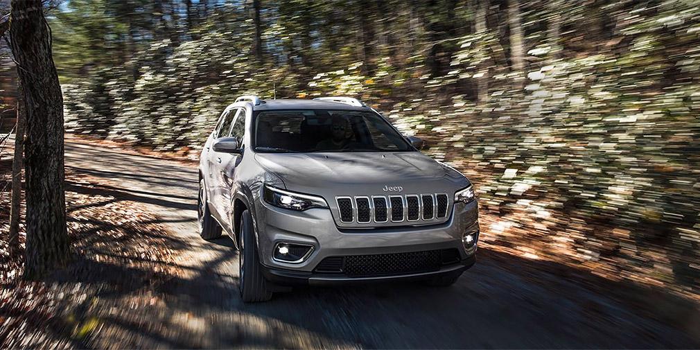 Jeep озвучила цены на обновленный внедорожник Cherokee для РФ