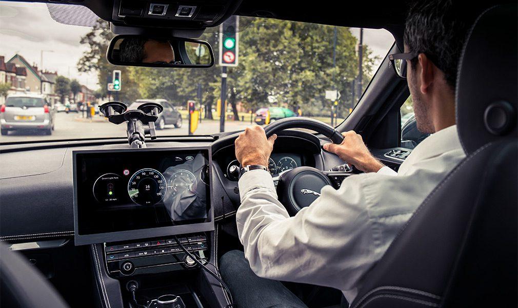 Автомобили Jaguar Land Rover научили «общаться» со светофорами
