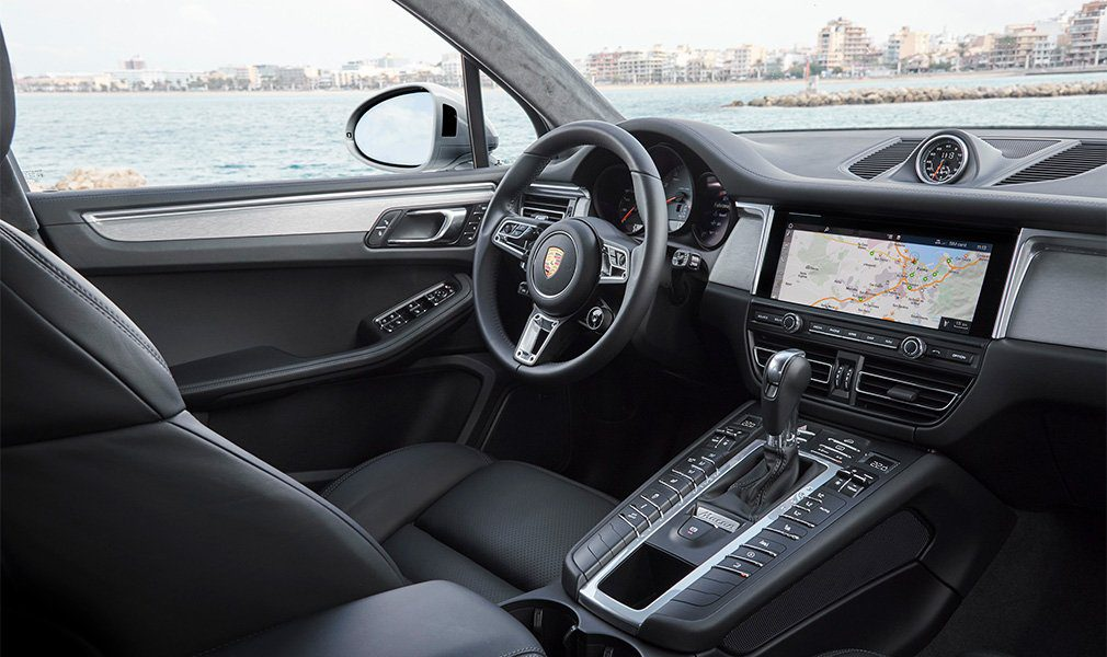 Обновленный кроссовер Porsche Macan S оценили в РФ в 4,3 млн рублей