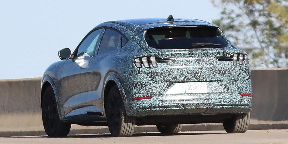 Электрокроссовер в стиле Ford Mustang заметили во время тестирования