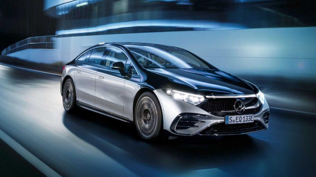 Компания Mercedes-Benz выпустила свой первый полностью электрический седан EQS 2022 года
