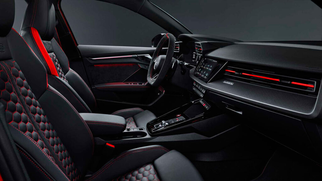 Бренд Audi представил спортивные хэтчбек и седан RS3 нового поколения