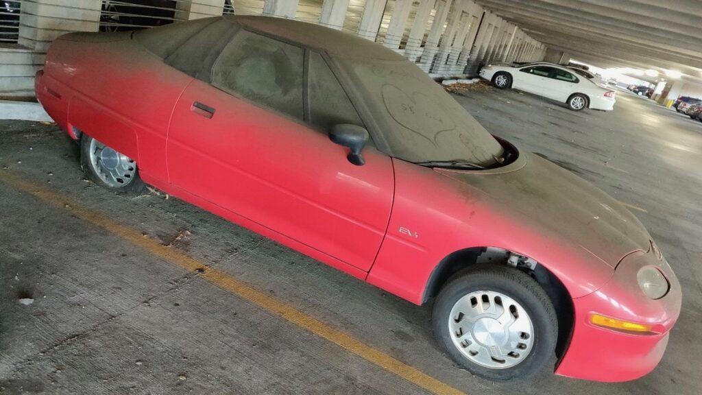 Прохожие нашли брошенный редчайший электромобиль General Motors EV1