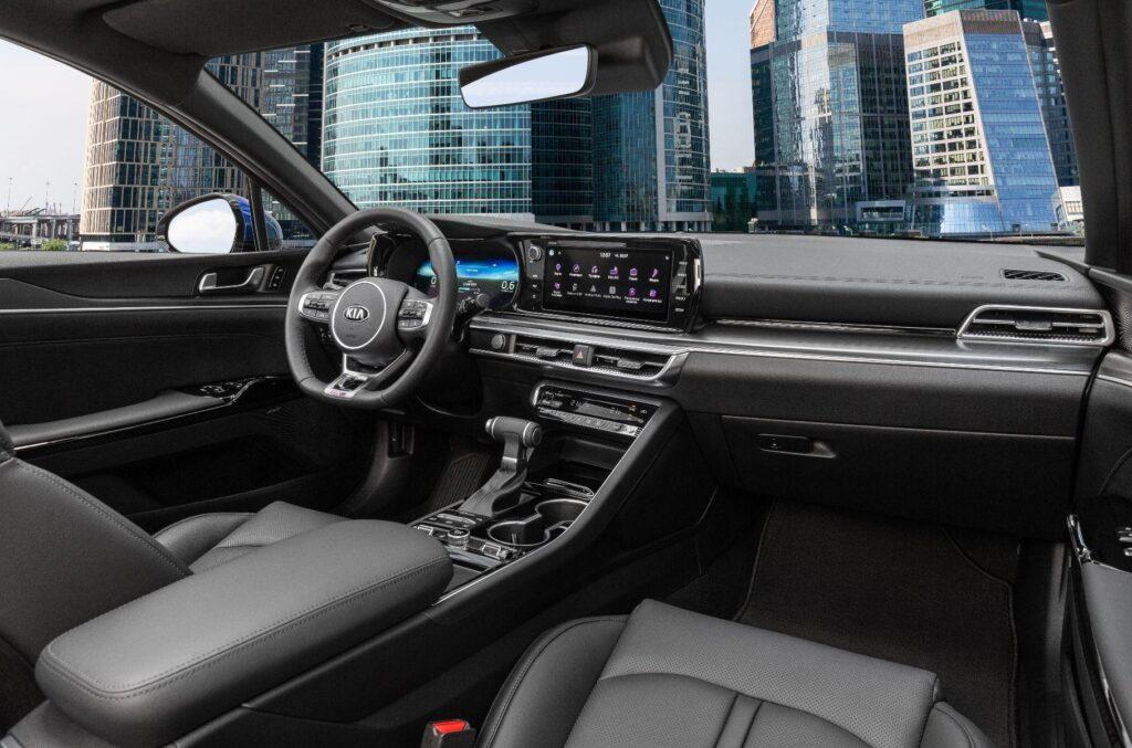 Kia объявила российские комплектации и цены на новый седан K5