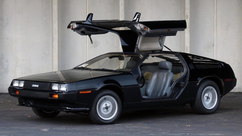 Черный DeLorean почти без пробега продали на аукционе за $32 тыс.