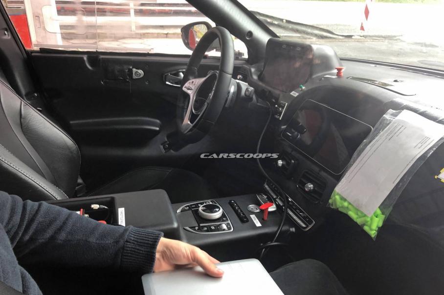 Фотошпионы раскрыли интерьер первого кроссовера Aston Martin