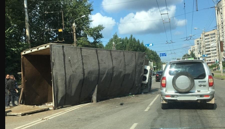 Грузовик МАЗ перевернулся после ДТП с легковушкой в центре Кирова