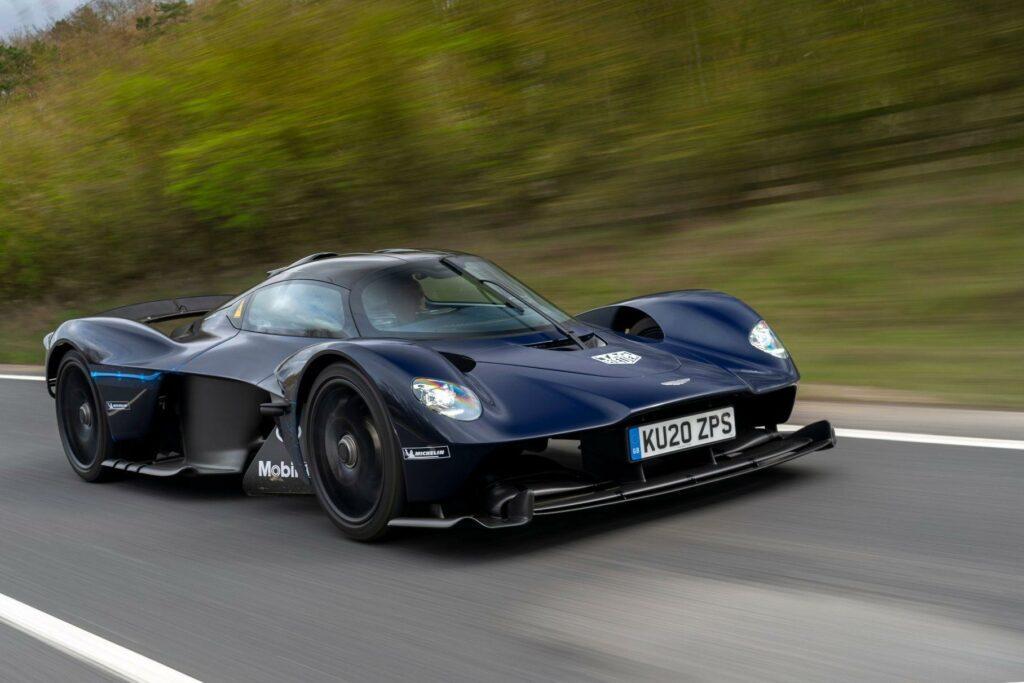 Суперкар Aston Martin Valkyrie выехал на дороги общего назначения