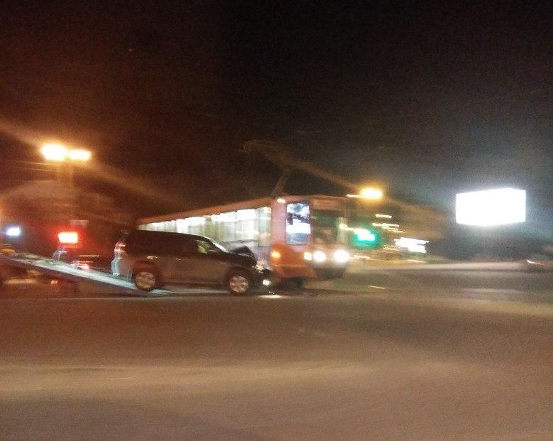 Toyota разбилась всмятку в жутком ДТП с трамваем в центре Смоленска