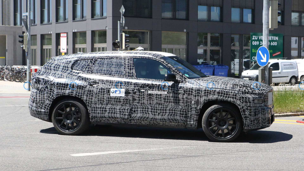 BMW вывела на тестовые испытания новый мощный кроссовер BMW X8