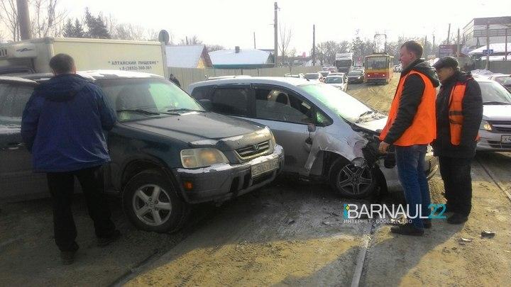 Пробка образовалась в Барнауле из-за ДТП с двумя «Хондами» на трамвайных путях