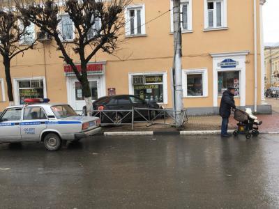Тройное ДТП в центре Рязани: легковушка врезалась в стену дома №33