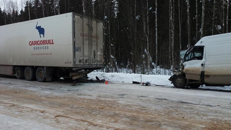 Водитель Ивеко разбился насмерть, врезавшись в грузовик в Никольском районе