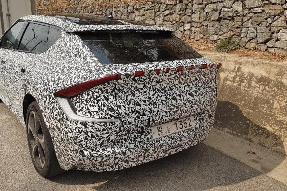 В Сети появились первые «живые» фото нового электромобиля Kia EV6