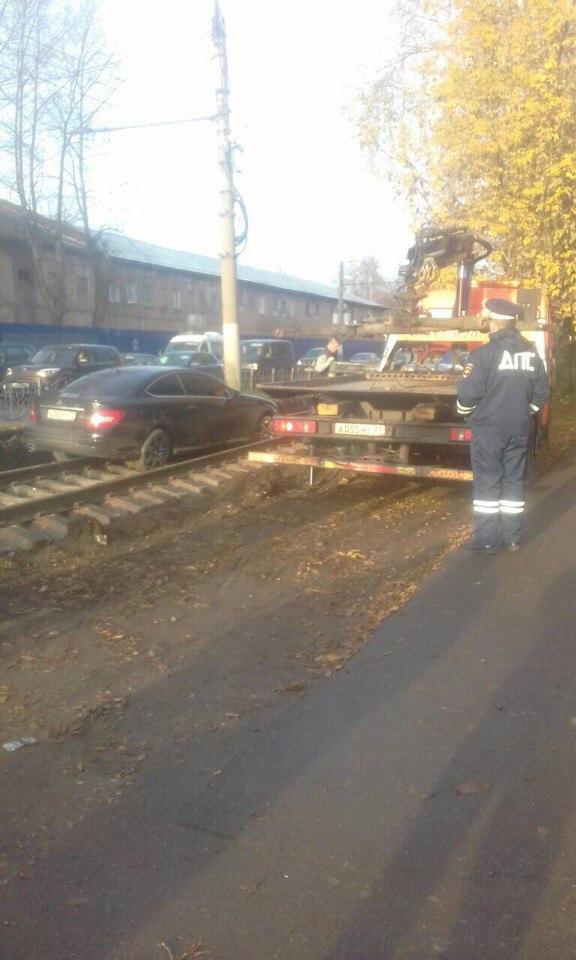 «Мерседес» застрял на новых железнодорожных путях в Иванове
