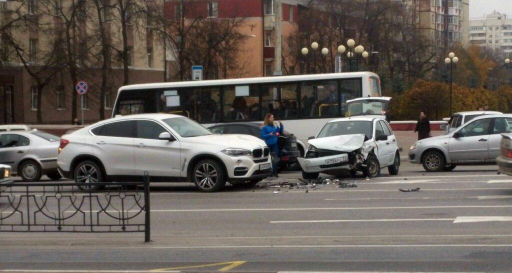 "В центре Белгорода у остановки ""Родина"" столкнулись три автомобиля"