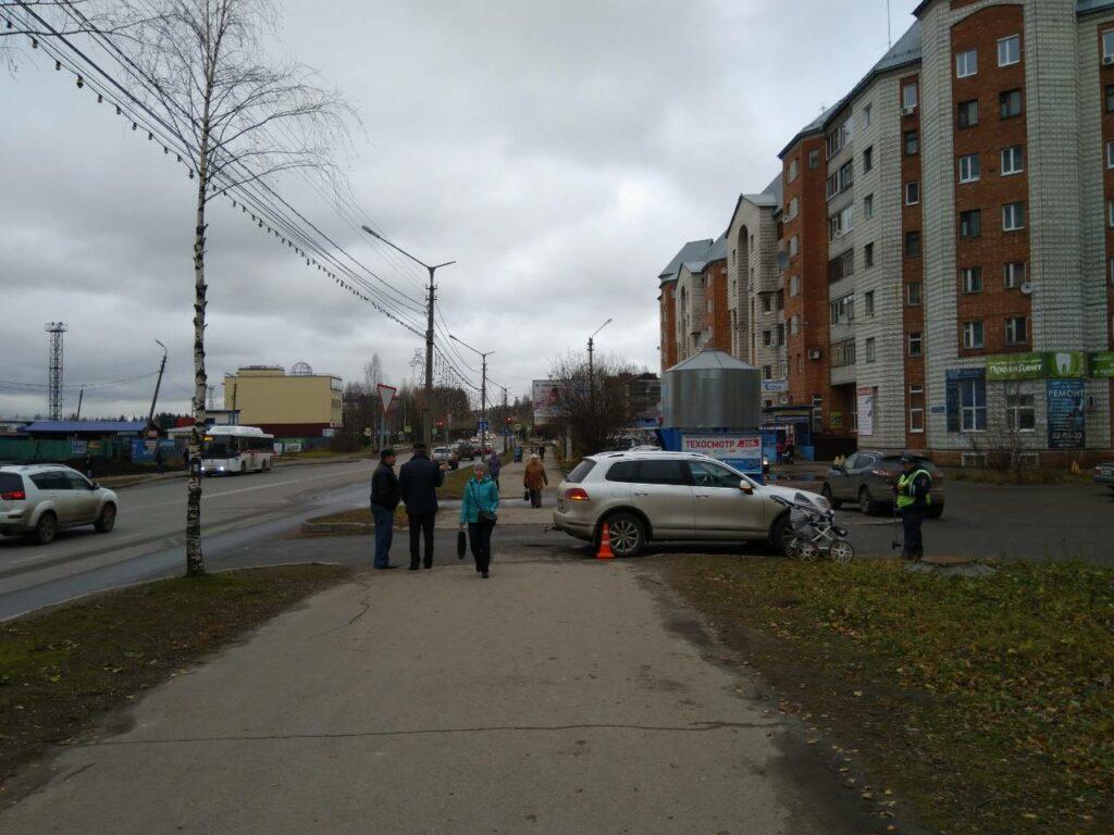 Сыктывкар: водитель Volkswagen Touareg сбил коляску с годовалым ребенком