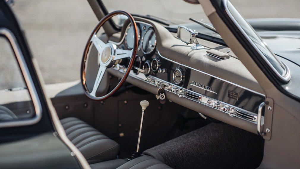 Эксклюзивный Mercedes 300SL Gullwing 1956 года продают на аукционе за $1 млн