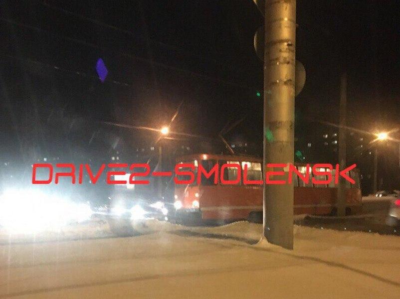 Трамвай жестко снес легковушку в Смоленске и парализовал движение