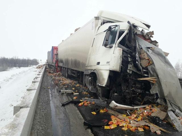 Смертельное ДТП на трассе под Сызранью - прицеп фуры убил водителя