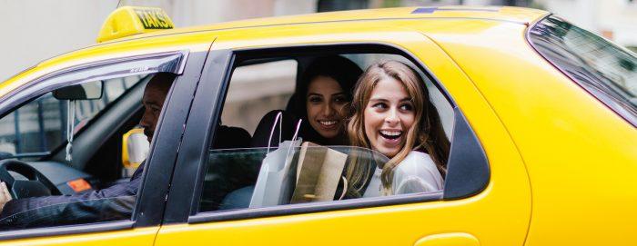 Как работать в такси с машиной и без неё: изучаем требования сервисов