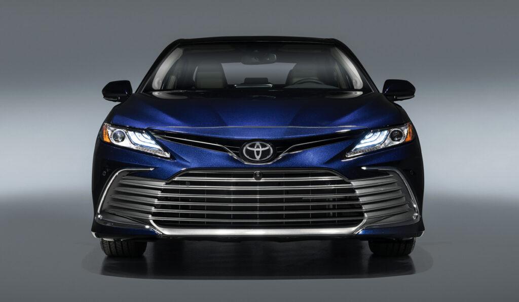 Стали известны подробности о новой версии бизнес-седана Тoyota Camry для РФ