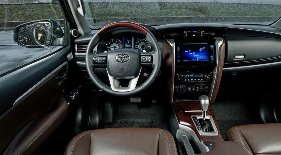 Toyota в Россию привезла внедорожник Fortuner с бензиновым мотором