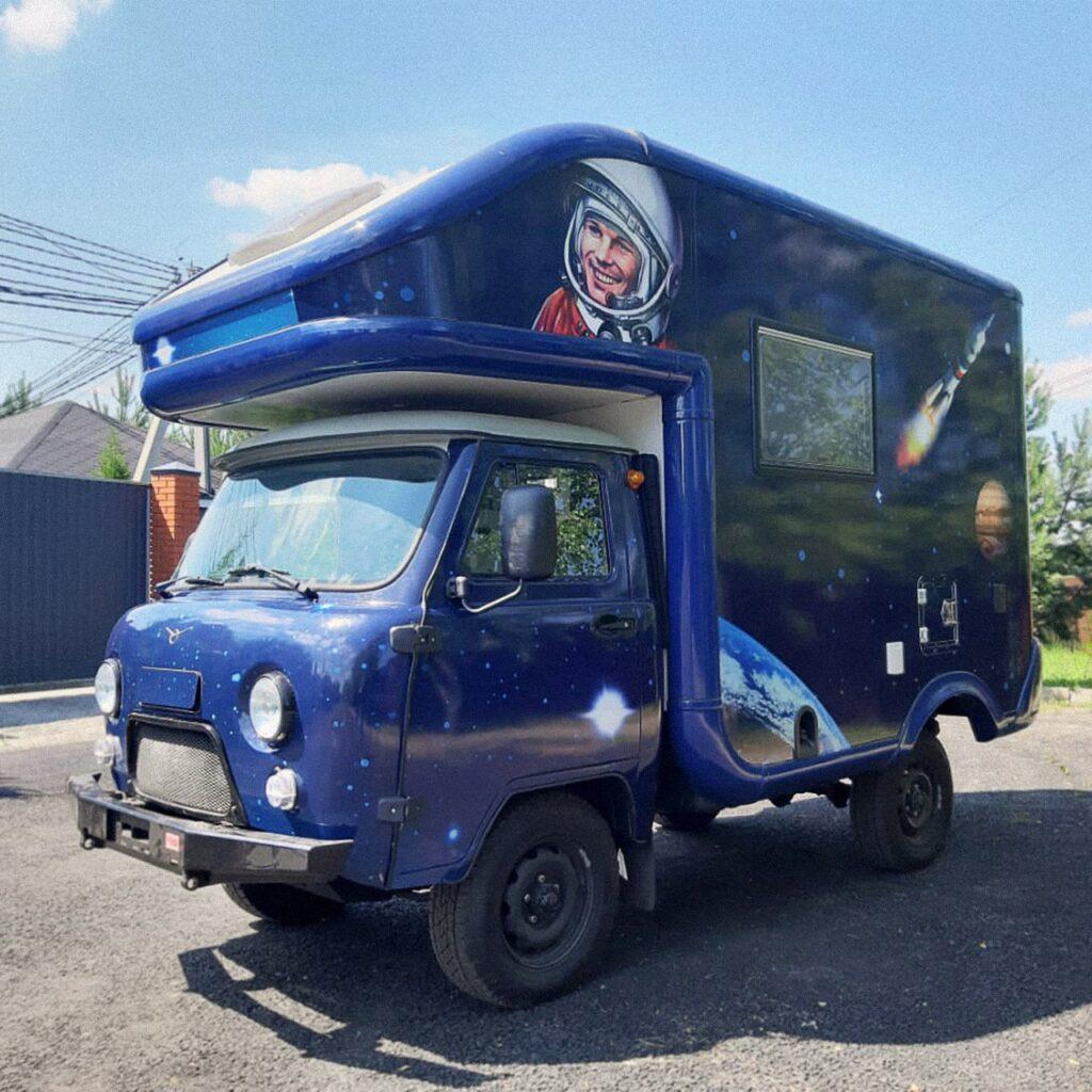 УАЗ выпустил дом на колесах на базе УАЗ «Буханки» с портретом Юрия Гагарина