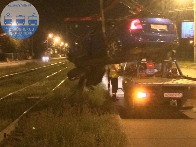 Ночное ДТП в Челябинске: пострадал водитель перевернувшейся Skoda