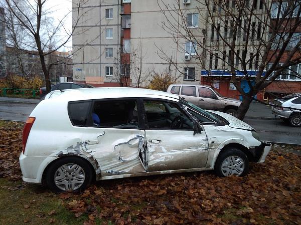 В Липецке легковушка вылетела с дороги после ДТП с автобусом «ПАЗ»