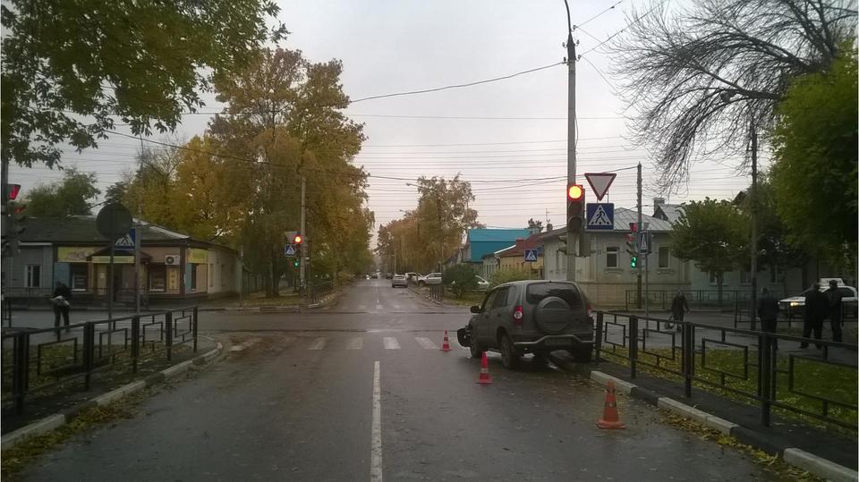 Водитель внедорожника устроил ДТП на перекрестке в центре Тамбова