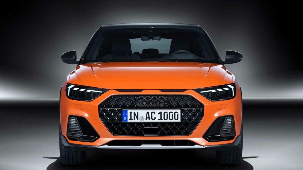 Новая модификация получила увеличенный дорожный просвет пластиковую защиту по периметру кузова а также название Audi A1 Citycarver