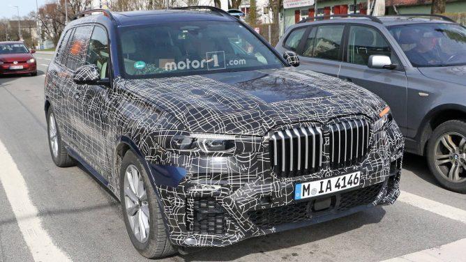 Интерьер нового большого кроссовера BMW рассекречен фотошпионами