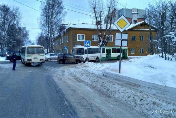 Иномарка протаранила пассажирский автобус в Сыктывкаре