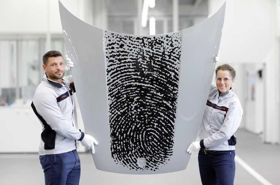 Владельцы Porsche 911 смогут получить свой отпечаток пальца на капоте