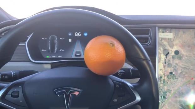 Автопилот Tesla удалось обмануть с помощью апельсина