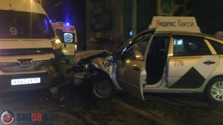 Таксист протаранил маршрутку на улице Суворова