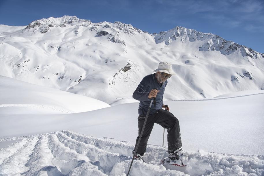 250-метровый Land Rover Defender протоптали на снегу в Альпах