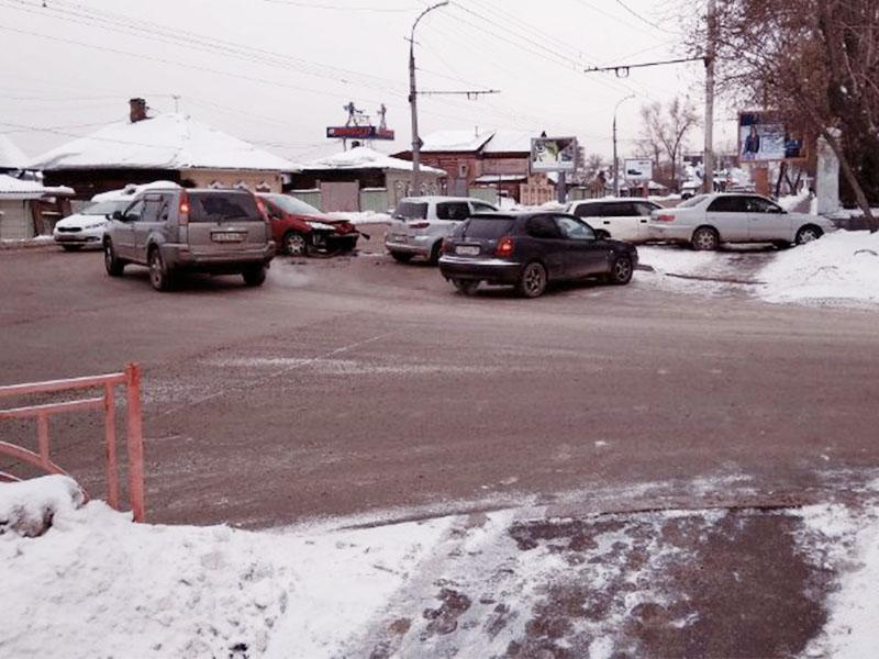 ДТП из пяти иномарок произошло в Иркутске на Байкальской