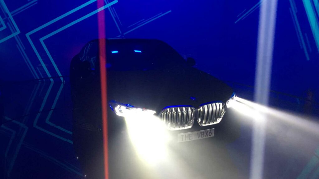 В Сети на видео показали самый черный в мире BMW X6
