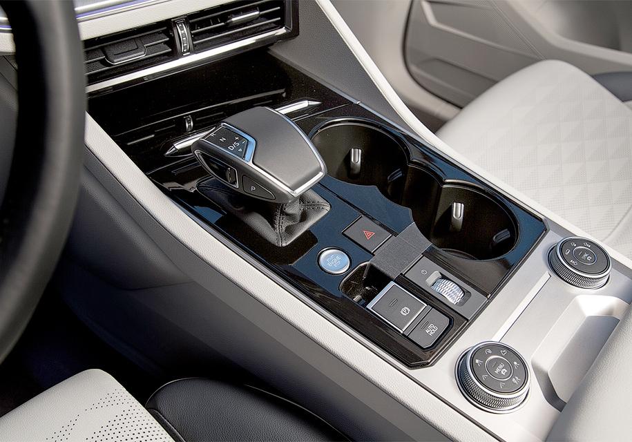 Volkswagen на фото показала салон нового кроссовера Volkswagen Touareg
