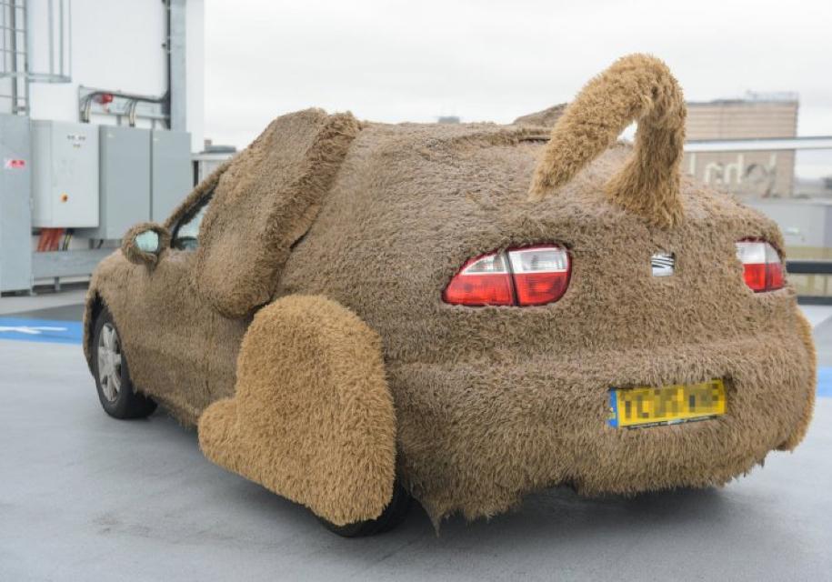 Британец сделал из хэтчбека Seat Leon большую плюшевую собаку «Леона»
