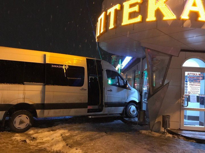 Микроавтобус протаранил аптеку в Симферополе