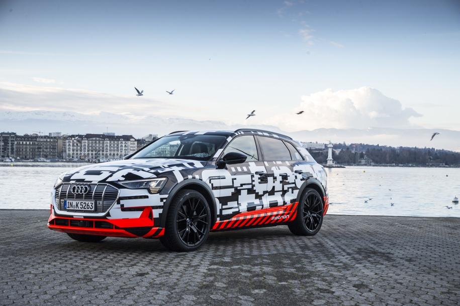 Первый электрический кроссовер Audi оценили дешевле гибридного Audi Q7