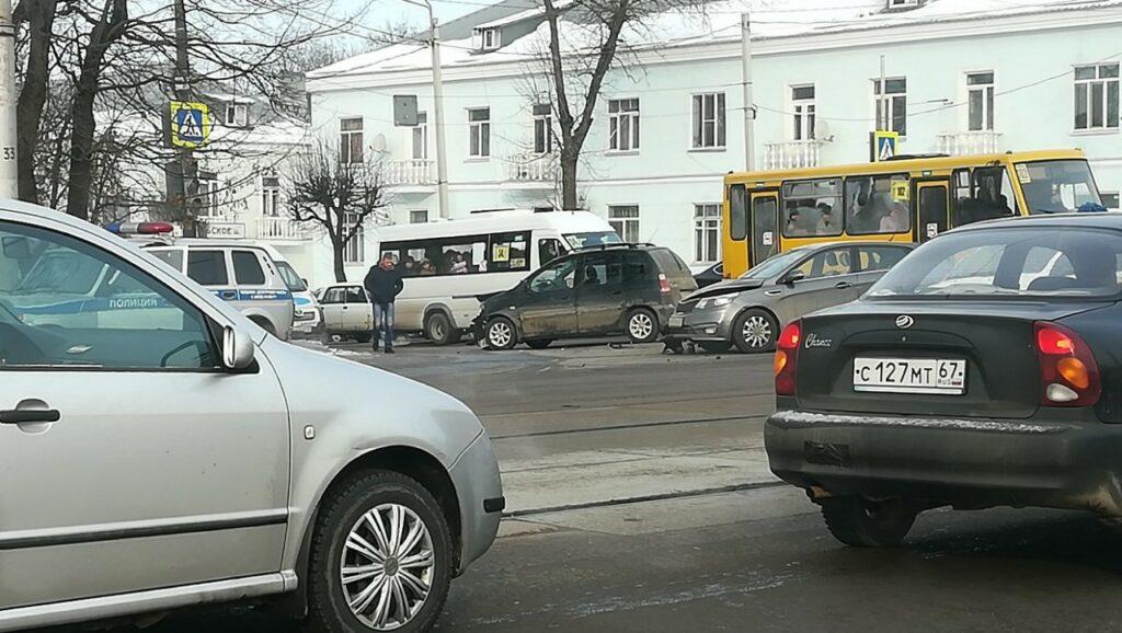 """""""КИА"""" разбилась всмятку в Смоленске на Витебском шоссе"""