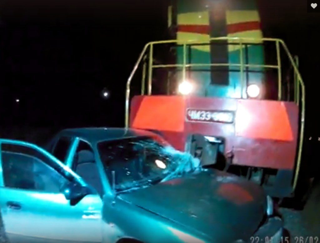 Поезд протаранил иномарку в Севастополе и протащил 100 метров